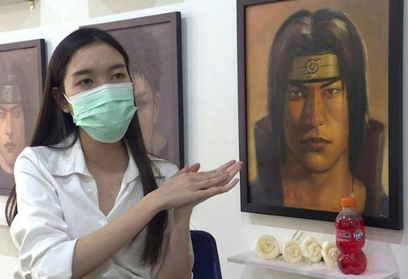 Jinnipha Nivasabut devant le portrait d'Itachi Uchiwa