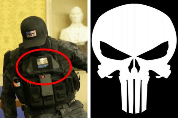 On peut apercevoir le logo du Punisher sur la tenue des émeutiers
