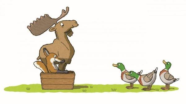 Le renard est tout content d'avoir trouvé cette petite caisse
