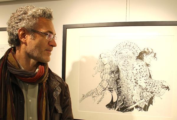 Philippe Xavier devant un de ses originaux exposés