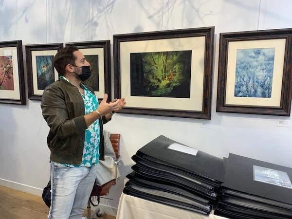 Benjamin Lacombe devant une planche de Bambi à l'exposition Shizen